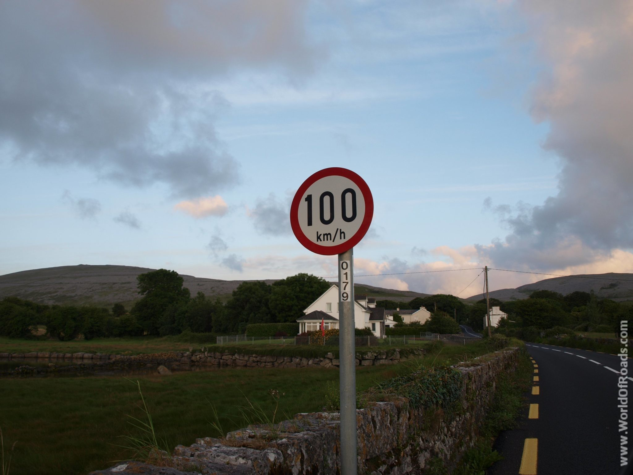 Дорожный знак. Ограничение скорости. Ирландия.
