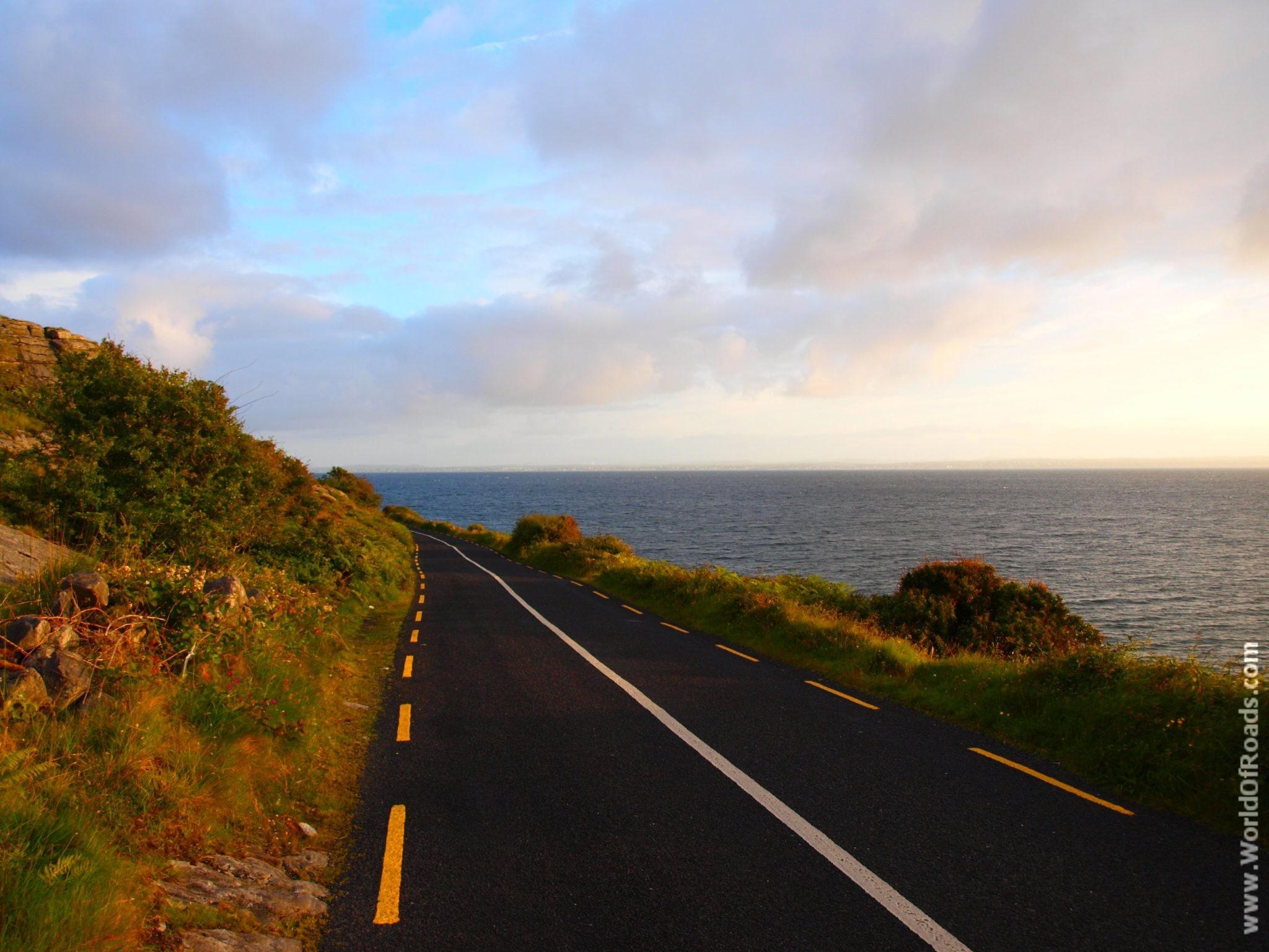 Извилистая дорога вдоль океана. Ирландия.