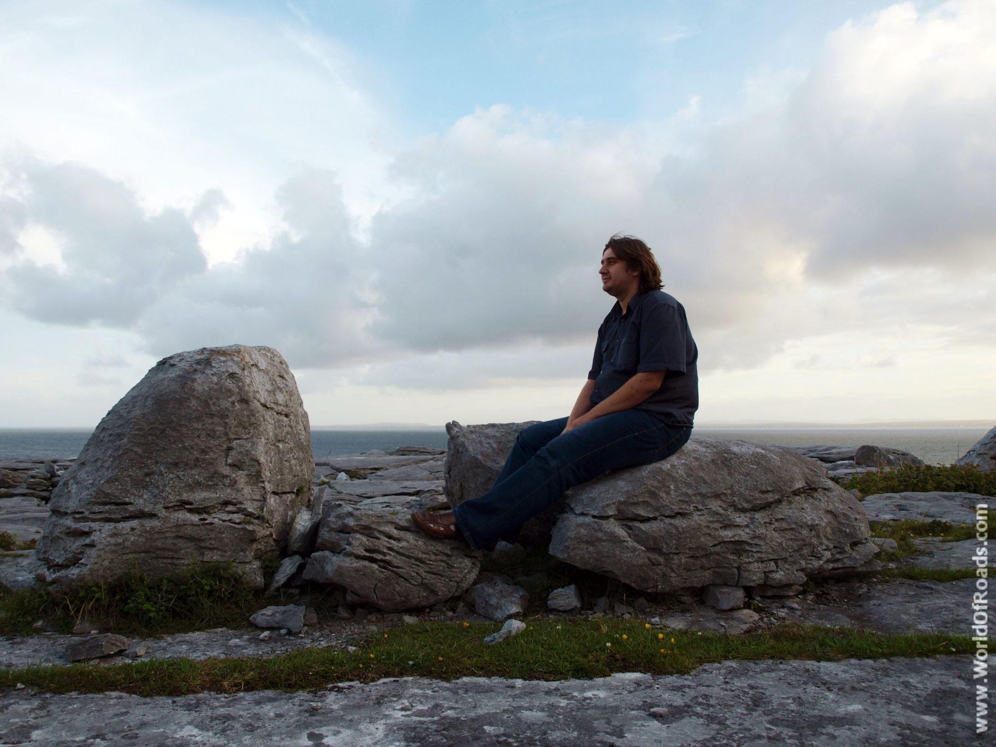 Сидя на камне. Природа. Ирландия.