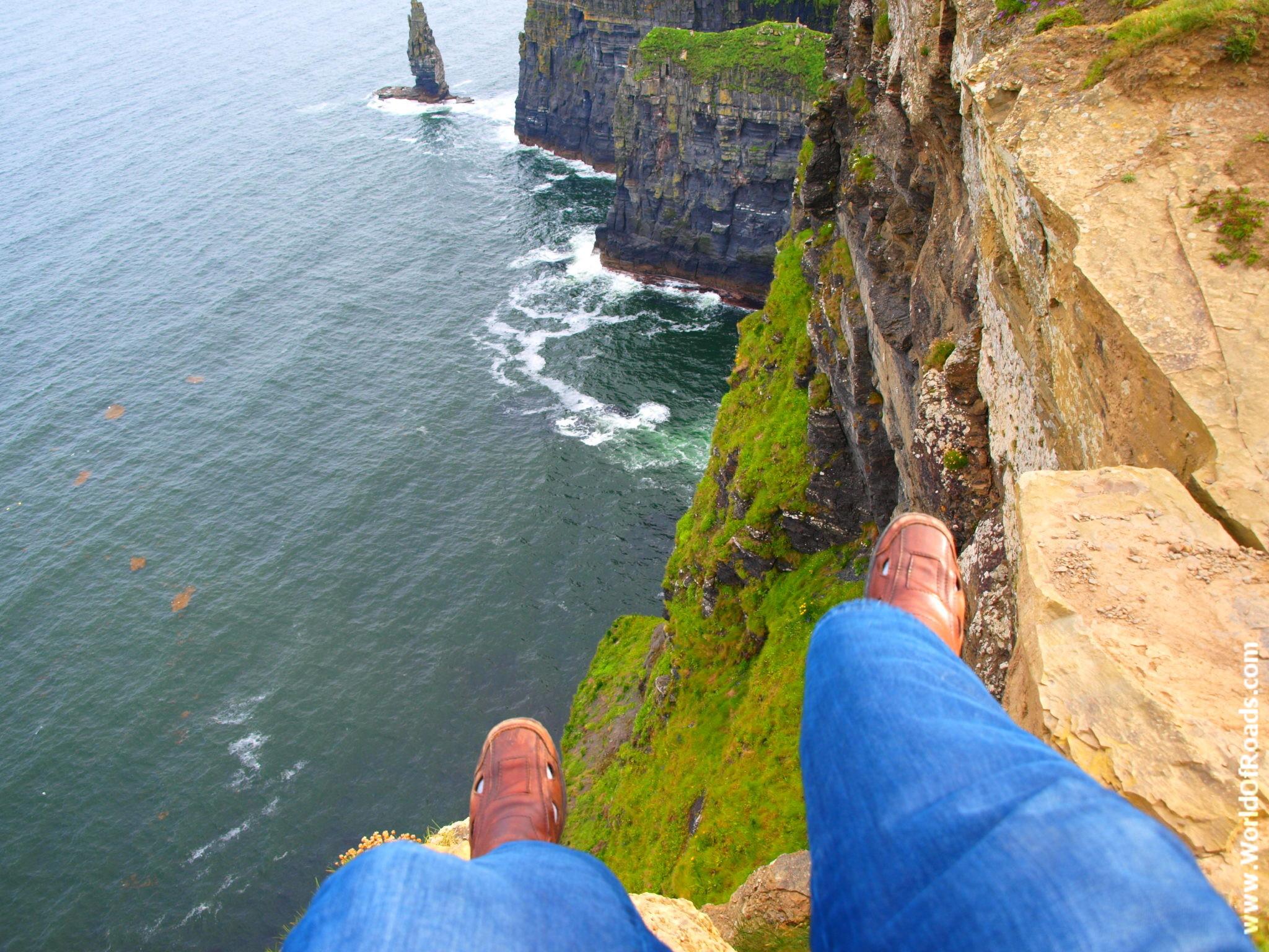 На краю клифа. Клифы Мохер. Ирландия.