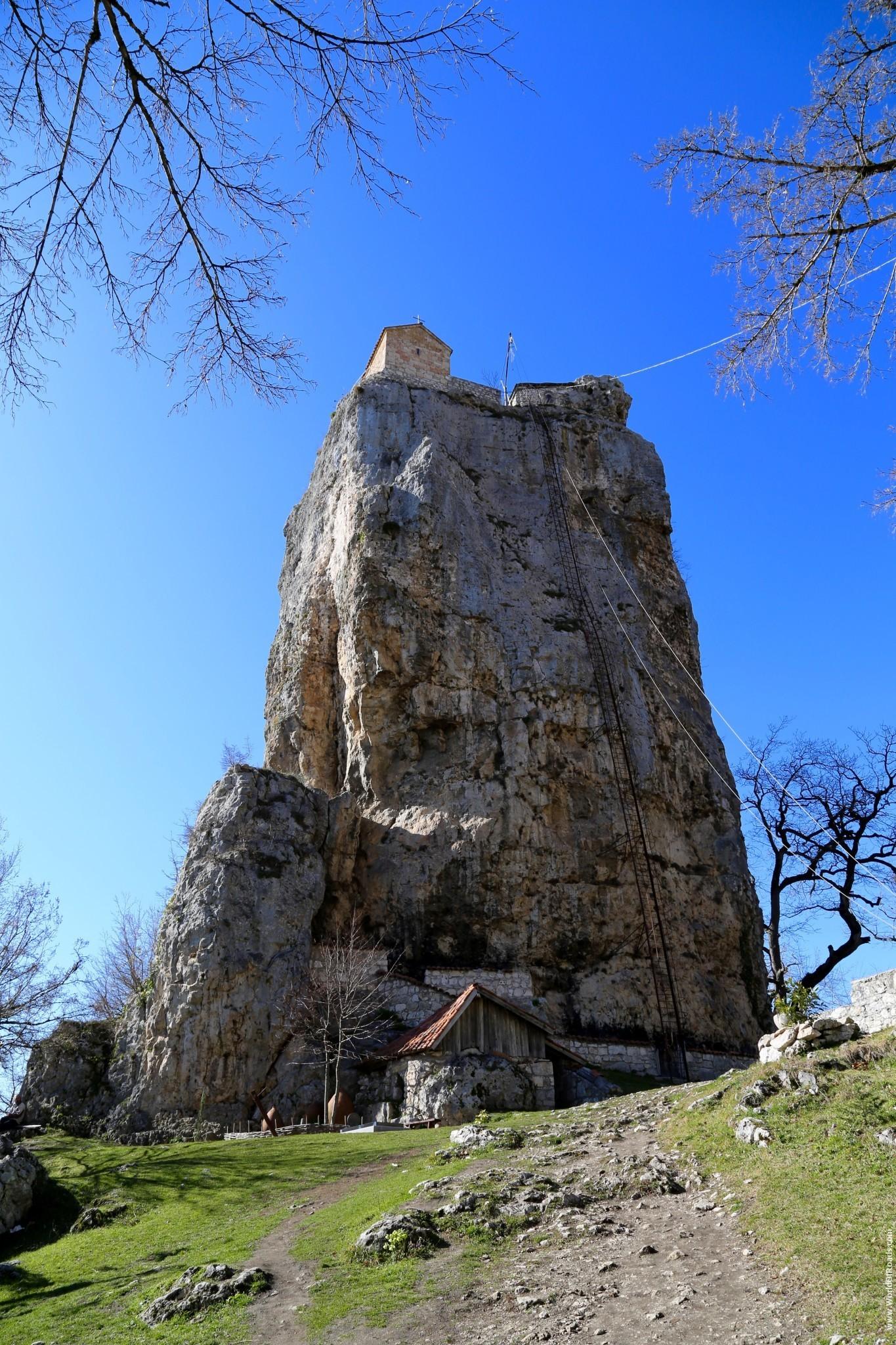 Церковь на вершине скалы - столп Кацхи