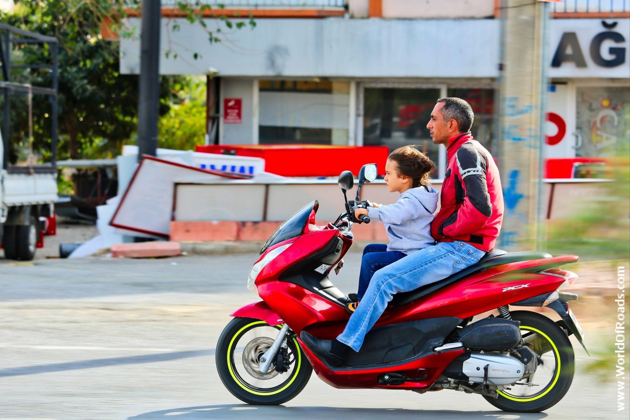 Молодой турецкий мотоциклист